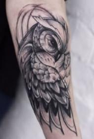 几何线条绘制的猫头鹰纹身图案