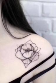 女生的小清新浅色花朵纹身图案