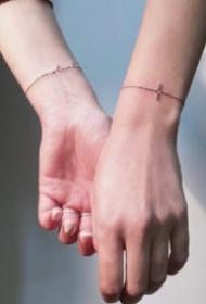 手腕小臂上极简的线条和几何纹身图案