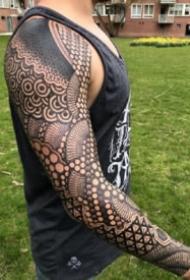 大面积的几何点刺图腾纹身图案