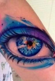 逼真写实的黑灰大眼睛纹身图案