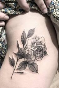 适合女生的黑白点刺玫瑰花纹身图案