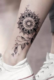 脚踝处唯美的花朵纹身图案