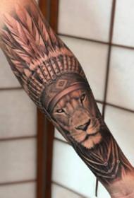 写实风格的狮子包小臂纹身图案