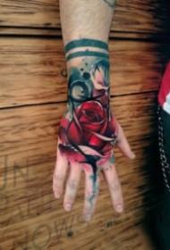 手背上炫彩写实的玫瑰花纹身图案