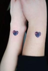 简约漂亮的爱心小宝石纹身图案