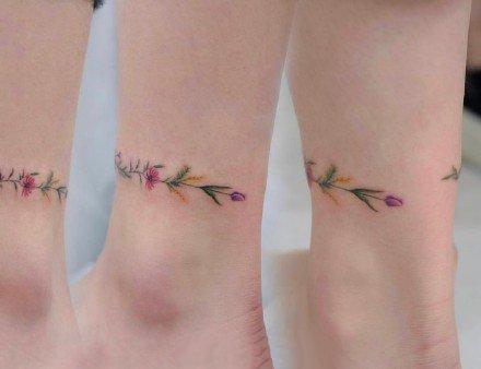 纹在手上和脚上的花环纹身图案