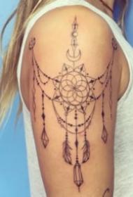 女生肩部漂亮的的蕾丝链纹身图案