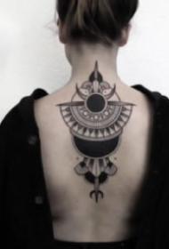 女性后颈处背部的点刺梵花纹身图案