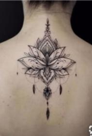 女孩子喜欢的脊柱梵花纹身图案