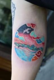 圆形里世界的创意小纹身图案