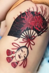 布满花朵的传统扇子纹身图案