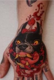 满手背上的彩色school动物纹身图案