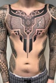 传统图腾与几何图案相结合的纹身
