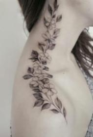 肩颈部好看的素花纹身图案