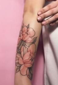 女生粉红色素净的花朵纹身图案