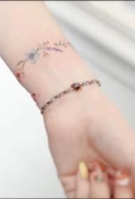 环绕手腕的花环纹身图案