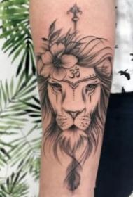 一组关于狮子的黑灰纹身图案