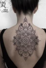 女生后背点刺梵花纹身图案
