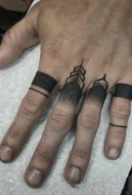 纹在手指上的指环纹身图案
