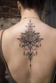 女生后背脊椎处莲花梵花纹身图案