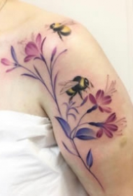 女生锁骨肩部小清新花朵纹身图案大全