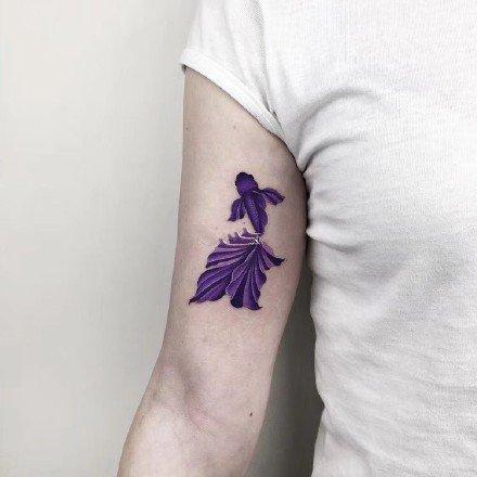 金鱼纹身 漂亮的9张唯美彩色小金鱼纹身图案