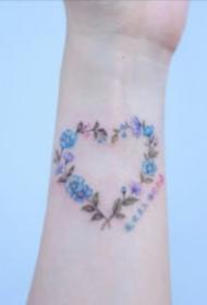 纹在手腕处简单的纹身图片