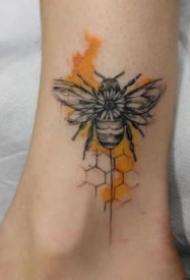 漂亮的小蜜蜂的纹身图片