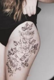 女生大腿处性感的花花纹身图片