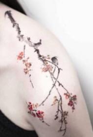 女生肩部唯美的小清新花朵纹身图片