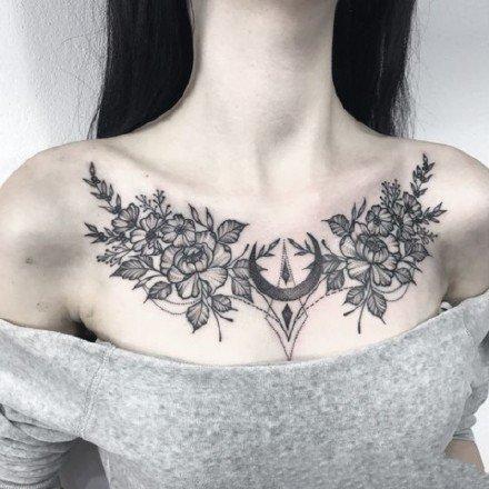女生胸部性感的肩花和花胸纹身图案