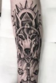 个性有设计感的包臂点刺纹身图片