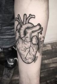 个性另类的心脏纹身图案