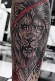 露出獠牙霸气的狮子纹身图案