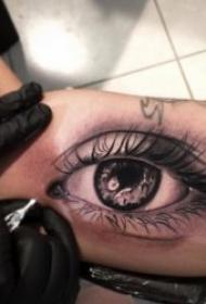 神秘逼真的眼睛纹身图案