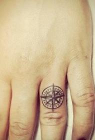 手指上简单唯美的黑灰戒指纹身图案