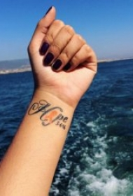 简单且时尚的手腕小纹身图案