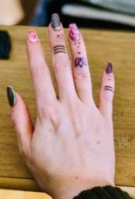手指上个性而又小巧的纹身图案