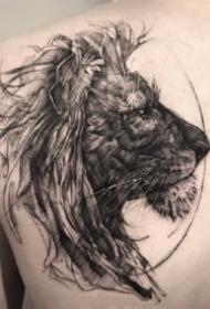 威风凛凛的狮子纹身图案