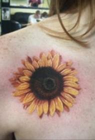 欣欣向荣的向日葵纹身图案
