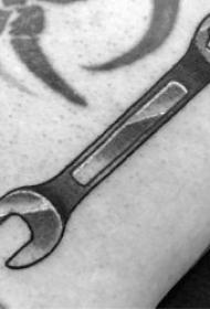 关于扳手的纹身图案精选