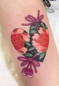 爱心中的花朵唯美纹身图案