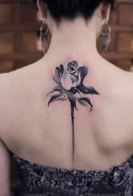 女生后背好看的莲花纹身图案