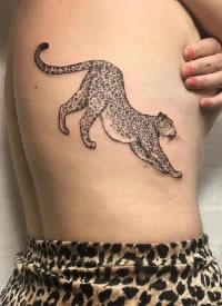 黑灰色敏捷的小豹子纹身图案