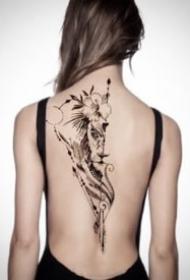 女后背脊椎骨有设计感的漂亮纹身图片