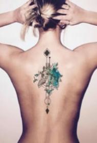 女生后背脊柱上的小清新纹身图案