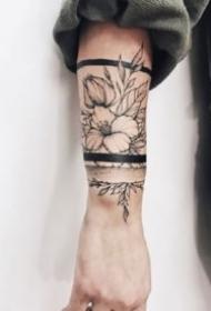 环绕在手臂上的素花手环纹身图案