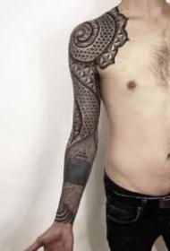适合男生的大黑臂几何图腾纹身