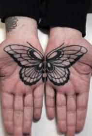 纹在手掌心里的成对纹身图案